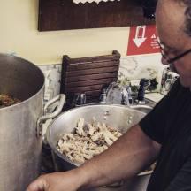 (4) Il est bientôt temps de rajouter le poulet, tendre et parfaitement cuit après avoir mijoté pendant trois heures.