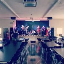 (3) Le groupe cadien Choupique s'installe sur la scène de la grande salle du Centre des anciens combattants de Clare.