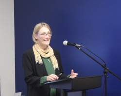 La professeure Susan Knutson est en train de lancer un important projet de recherche sur l'impact de la comédie musicale Évangéline.