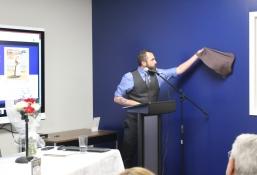 Le professeur Clint Bruce dévoile l'écriteau qui indique désormais l'ESPACE D'ANIMATION MURIELLE-COMEAU.