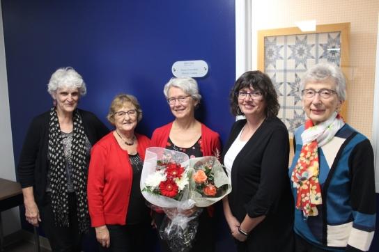 Murielle Comeau-Péloquin entourée de ses camarades de l'Association Madeleine-LeBlanc.