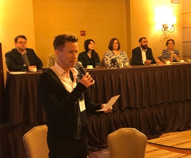 2 nov. 2018 - Le professeur Charles Batson, président de l'ACQS, accueille les congressistes venus assister à la table ronde avec le Conseil pour le développement du français en Louisiane.