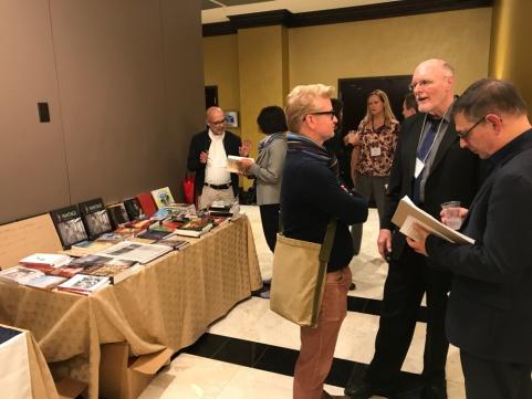Le professeur Dana Kress (gauche), fondateur des Éditions Tintamarre, expose les œuvres louisianaises publiées au Centenary College of Louisiana.
