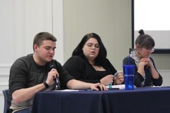 Trois des quatre membres du corps étudiant ayant participé à ce séminaire : Bailey Ross, Audrey Paquette-Verdon et Yvette Comeau, également membre du conseil d'administration de la Société acadienne d Clare.