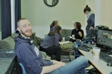 La CRÉAcT collabore étroitement avec le Bureau des communications de l'Université Sainte-Anne. Ici, Liam Hanks qui assure la webdiffusion d'activités sur le campus.