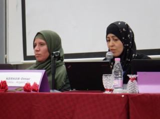 La professeur Djaouida Abbas (droite), coorganisatrice et Doyenne de la faculté des lettres et langues, présente la synthèse du colloque, aux côtés de sa collègue Aicha Chekalil.