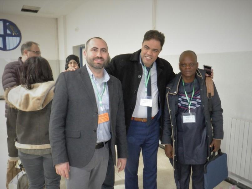 C'est M. Mérouane Addou (milieu), professeur d'italien et vice-doyen de la Faculté des lettres et des langues, est venu me récupérer à l'aéroport.