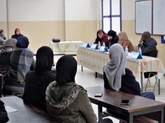 Meryem Chouakri, de l'Université Oran 1, présente sa communication (en arabe) sur les défis de la traduction de l'œuvre du romanier français Guillaume Musso.